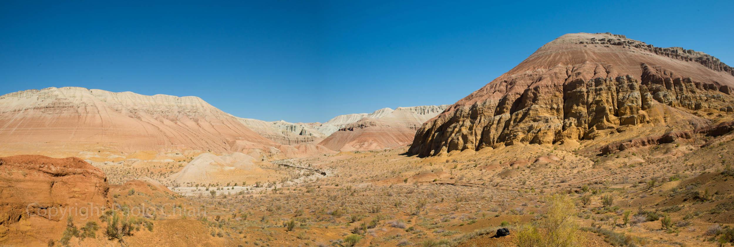 Il deserto roccioso riccamente colorato nel parco nazionale Altyn-Emel